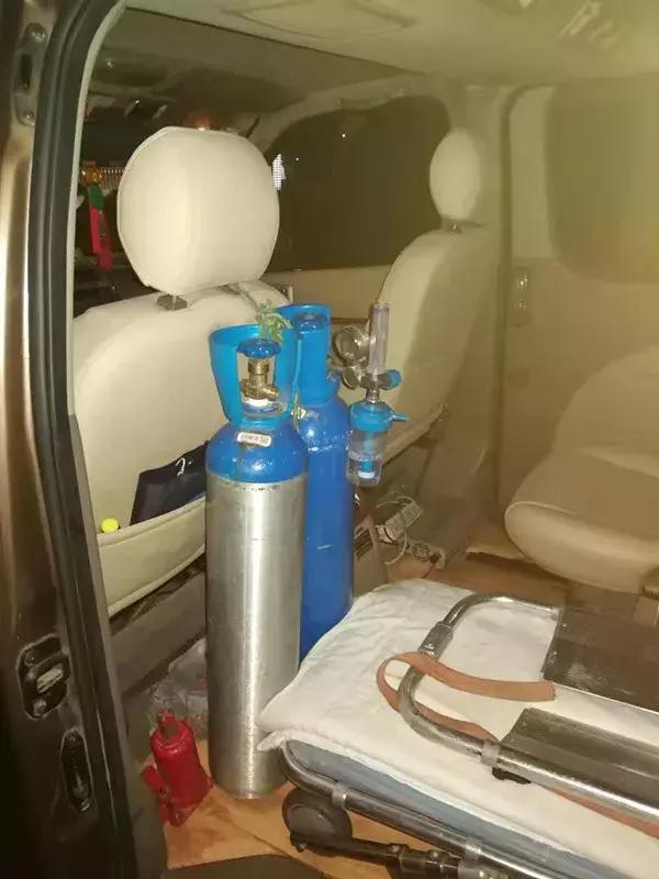 """一辆面包车里竟放着…打开车门交警惊呆:简直是""""移动炸弹"""""""