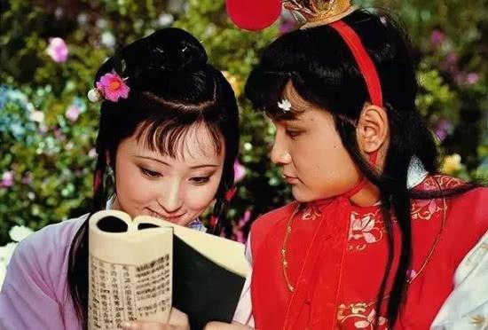 黛玉和宝玉两小无猜,宝玉拿一个金麒麟给湘云,她为何会担心害怕