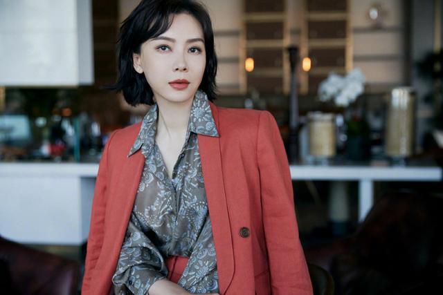 43岁的她出身艺术世家,曾获白玉兰奖,丈夫的背景竟如此强大