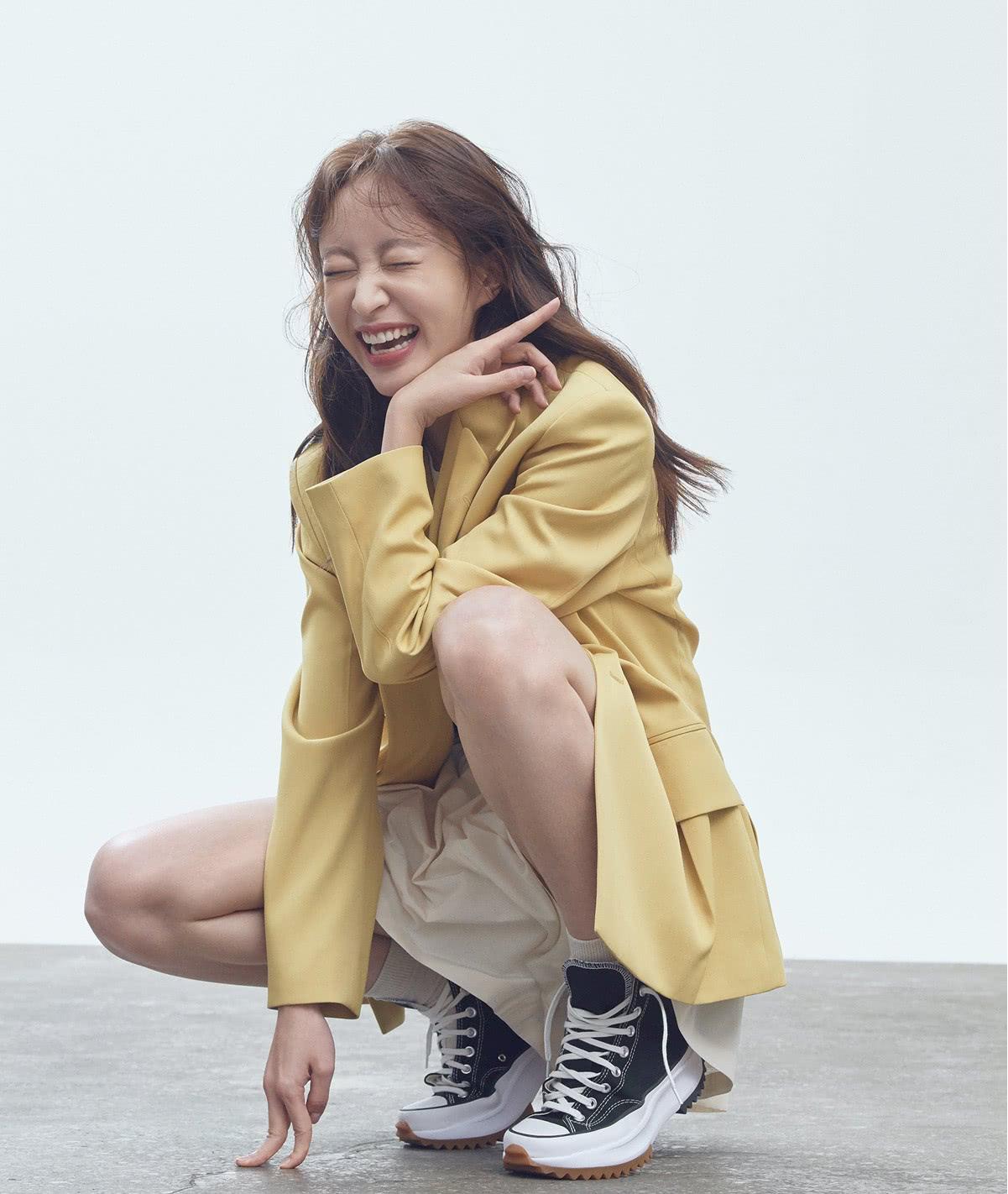 """她被称""""南韩眼神教科书"""",黄棕西装搭短裙出镜,温柔又帅气"""