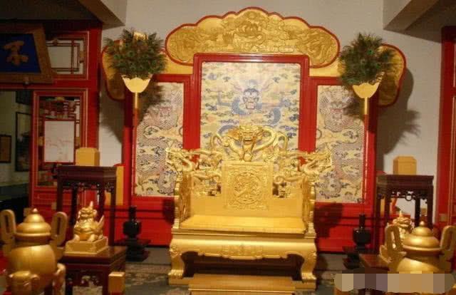 <b>古代皇帝的龙椅,到底是用什么材料做的?说出来都不敢相信!</b>