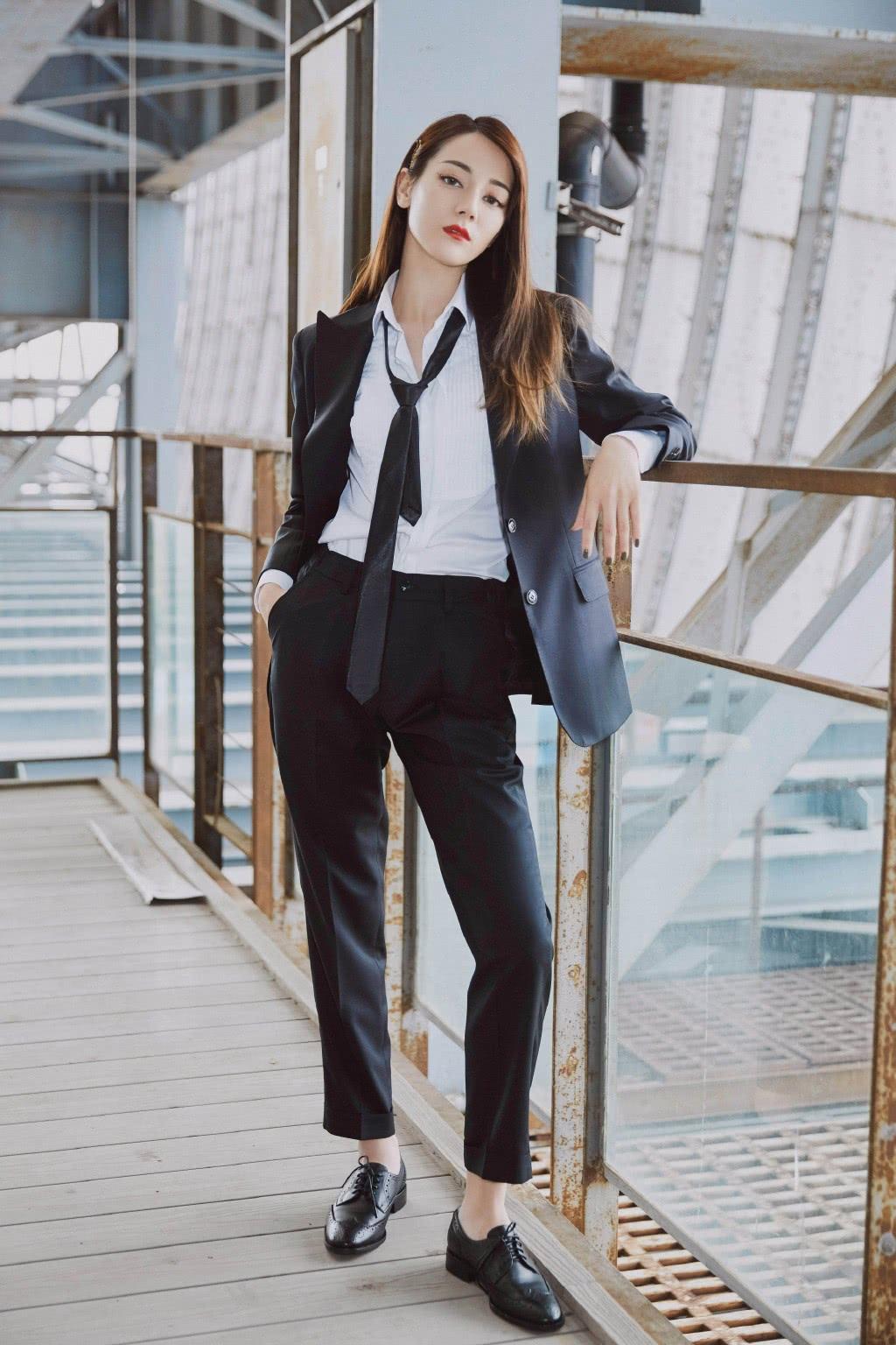迪丽热巴变撩人小姐姐,衬衫西装配领带,尽显不羁性格攻气十足