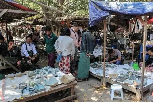 缅甸人太疯狂了吧!750万的翡翠竟然舍得做床?你想不想买一张翡翠床呢?
