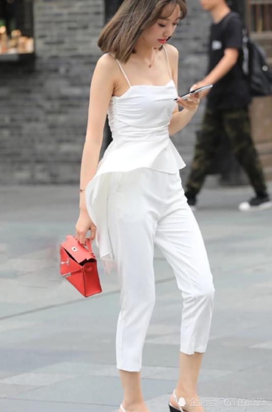 不规则背心搭配紧身裤,时尚优雅,又不失东方女人高贵的气息!