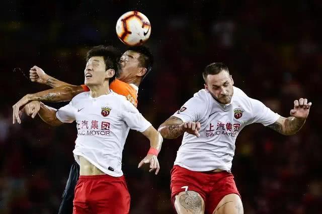 争冠悬了!上海上港1比1客平武汉卓尔,中国球迷犀利点评