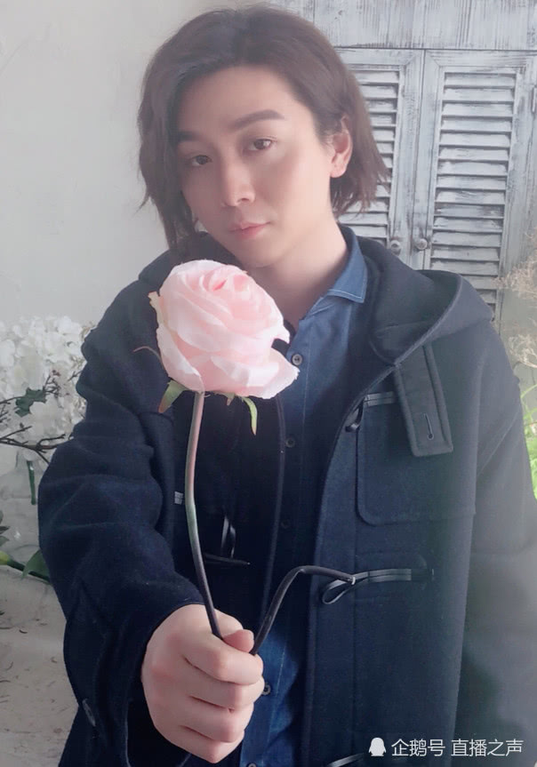 张大仙拍视频不小心暴露自己的赘肉,女粉丝捂脸假装看不见!
