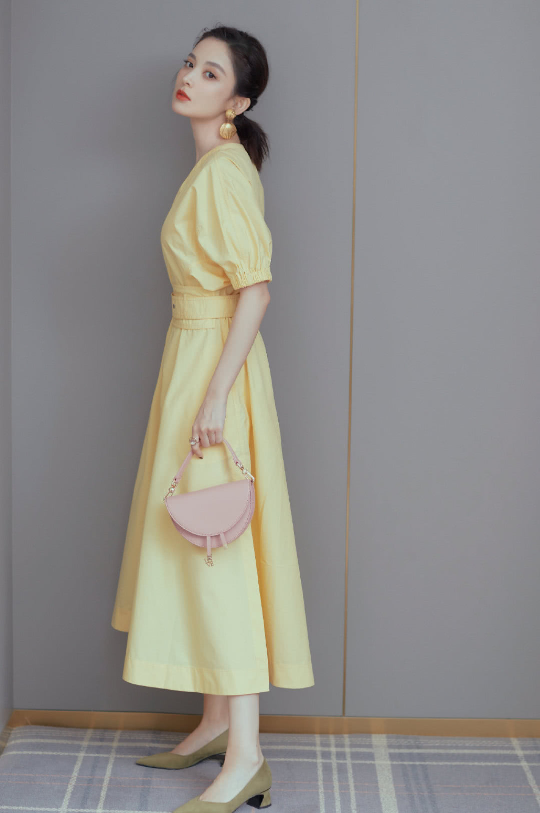<b>娜扎一袭黄裙美到犯规,但看到她的指甲颜色后,直男:被门夹了?</b>