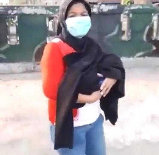 警察见街上一女子走路异常,拦下后发现其怀中抱着一个婴儿尸体