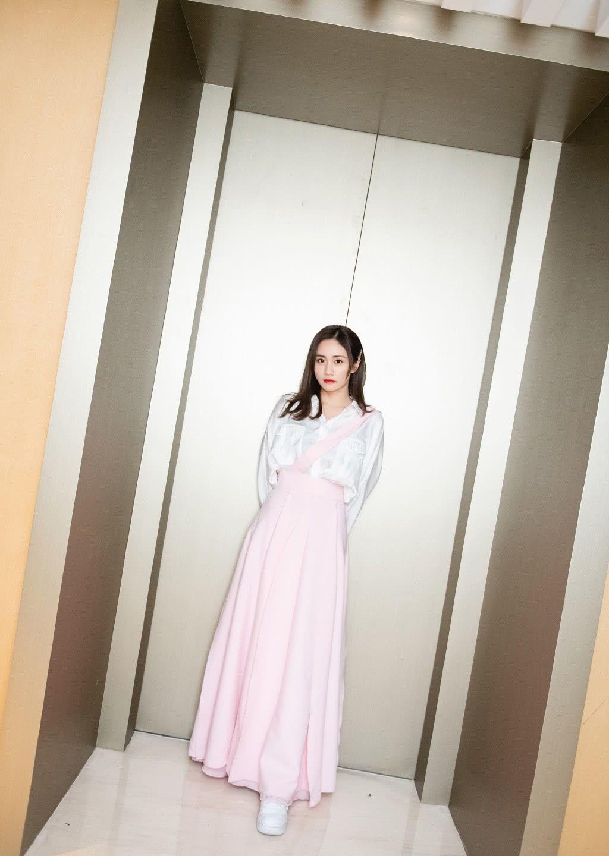 刘芸儿子都10岁了,可穿白衬衫配粉色长裙,38岁照样美成少女