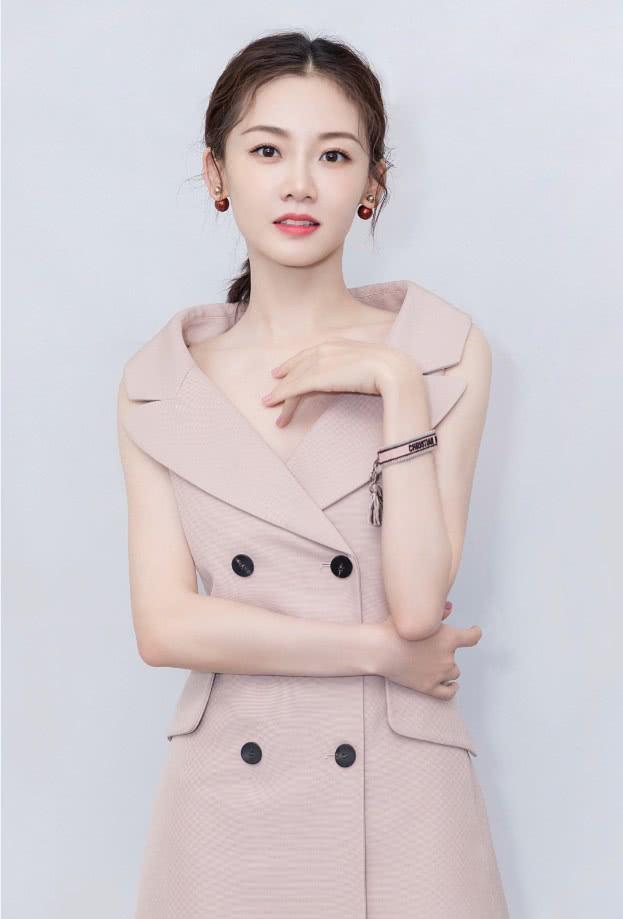 《芳华》女主苗苗,粉色连衣裙淡妆出镜,网友:是初恋的感觉