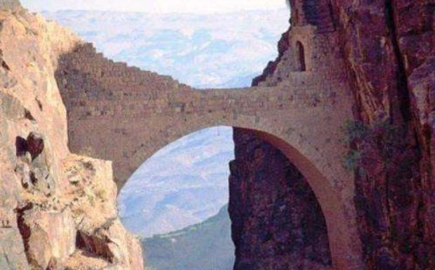 亚洲一桥悬于两山间:海拔2600米屹立四百年,如何建造今无解