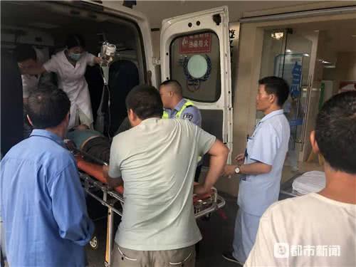 救护车被堵在隧道内,交警拿起喊话器喊出一条通道