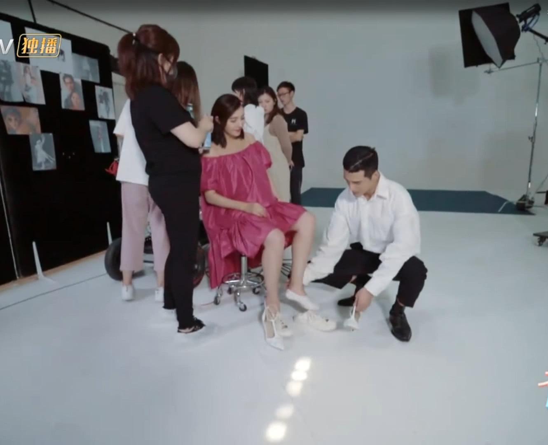 姜潮帮麦迪娜穿鞋,接下来的一幕让人大跌眼镜,网友不敢相信!