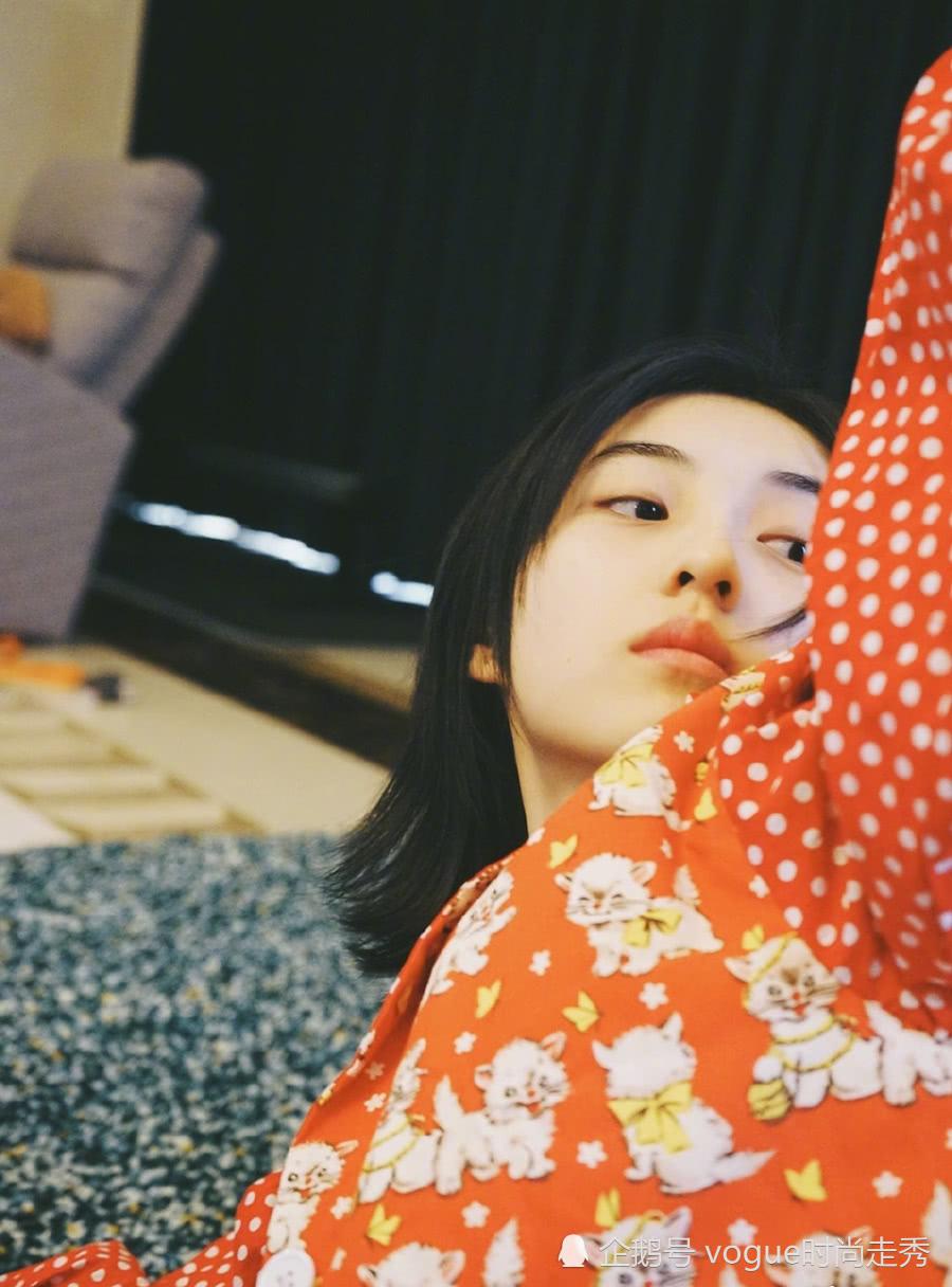18岁女孩有多美?张子枫被摄影师用刁钻角度拍照,有了些小性感