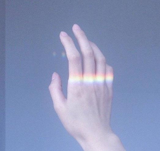 """""""手控+彩虹""""背景图:我看一眼月亮,再偷看一眼你"""