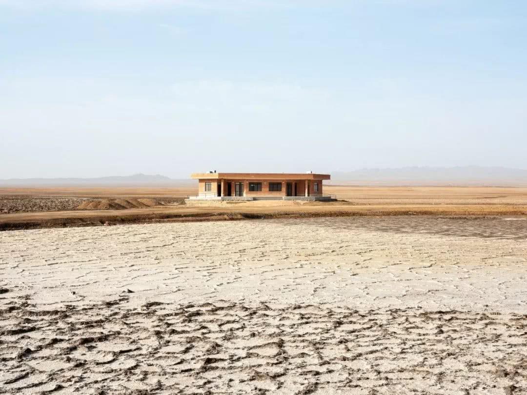 """巴黎摄影师花6个月的时间骑车穿越马格里布和中东,创作了一系列名为""""旱地""""的想象之地的照片"""