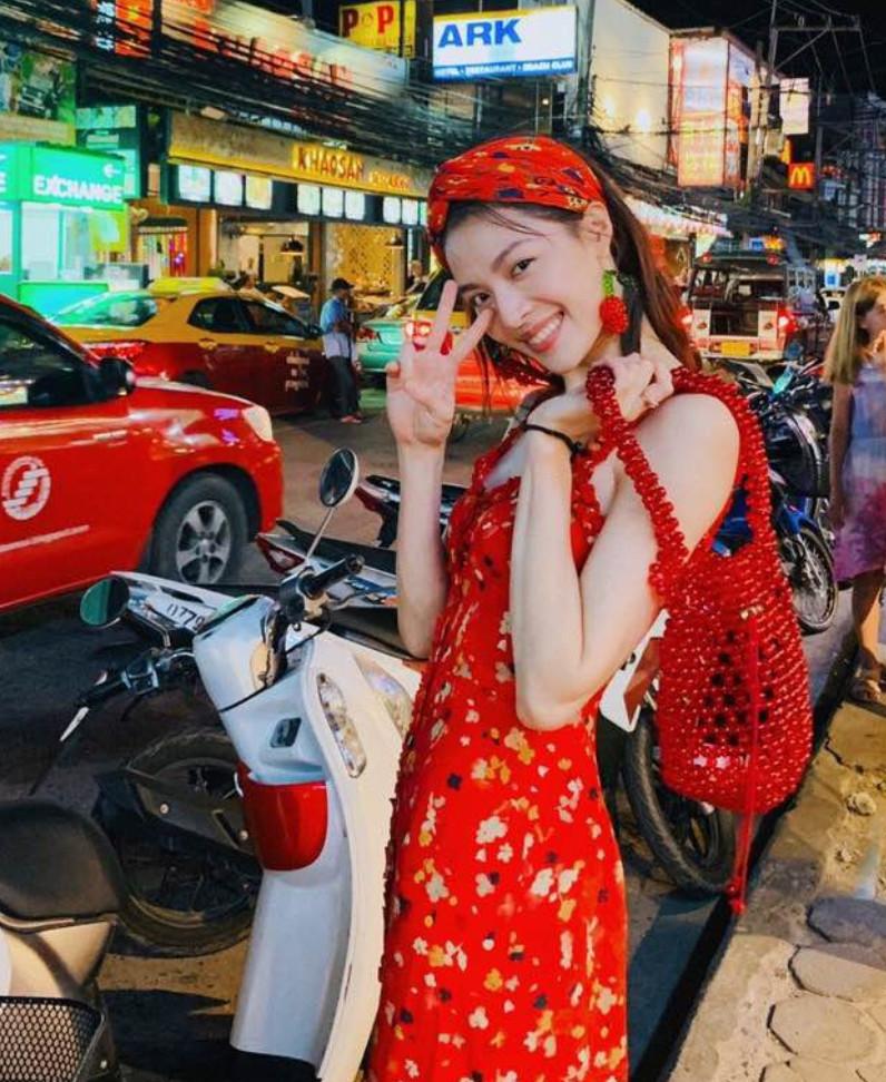 泰国偶遇钟楚曦,看到关掉十级美颜下的她:终于相信李现的审美!