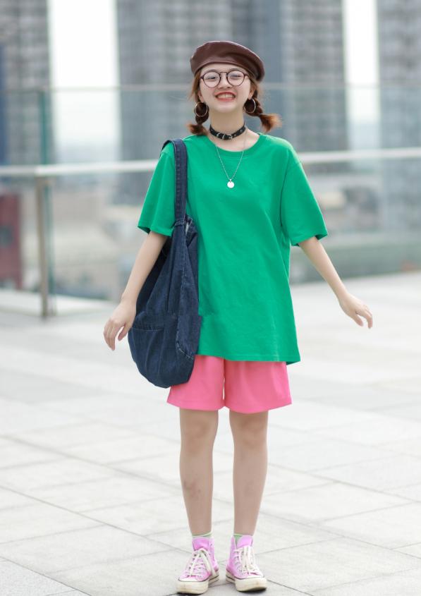 """今年流行芭比粉,匡威紧跟潮流出了一款,她穿配""""芥末袜""""美翻!"""