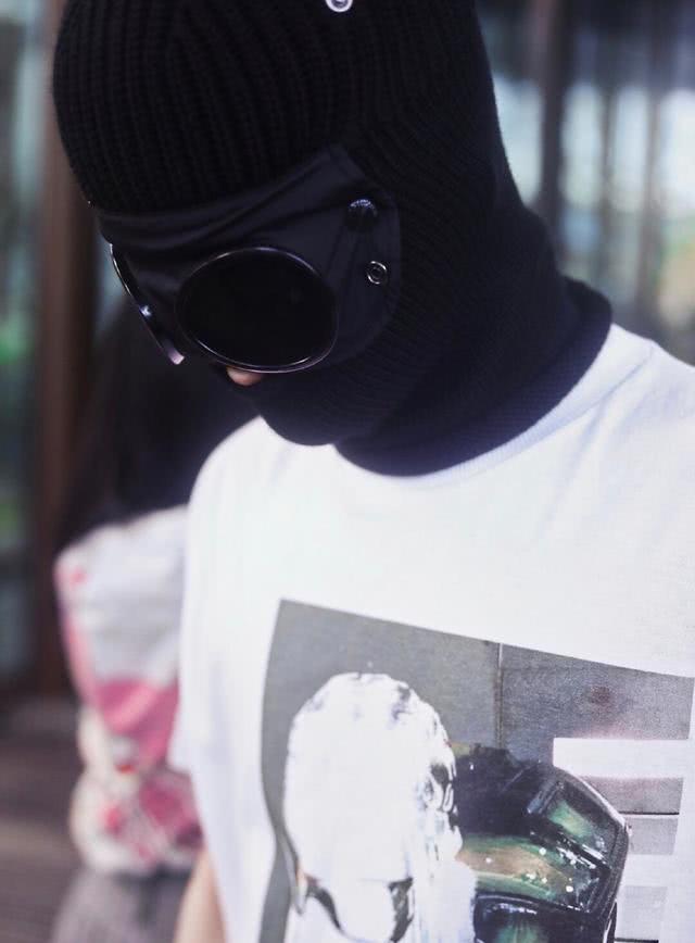 周震南头戴脸基尼配白T恤亮相,特立独行 想不注意到他都很难