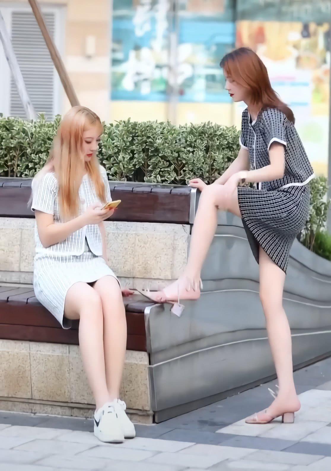"""她是嫉妒闺蜜的""""弹簧鞋""""比小白鞋好看吗?直接拿走了,可恶!"""
