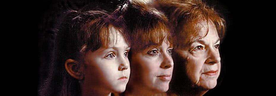 50岁妈妈看起来20多岁,总被误认为17岁儿子的姐姐