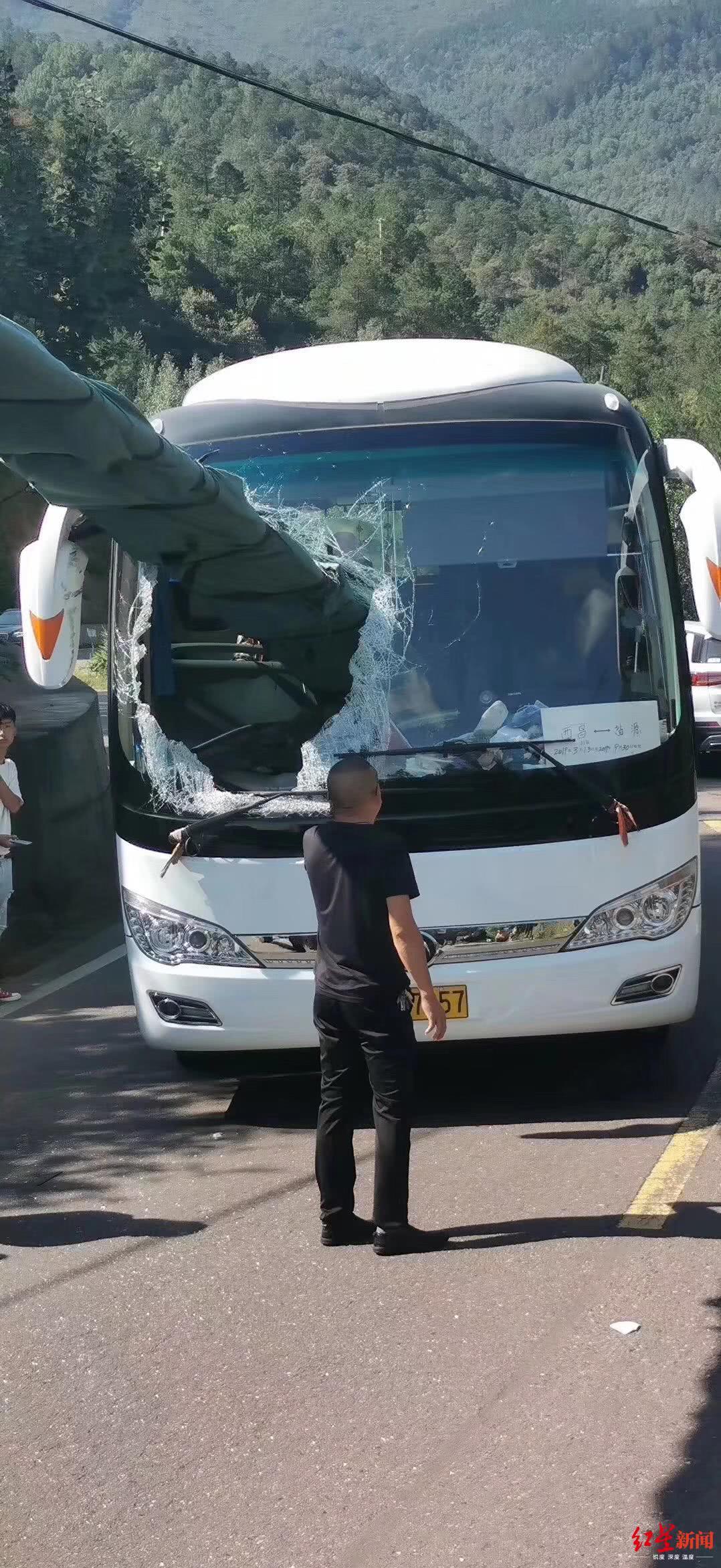 <b>惊险!风力发电扇叶穿进西昌至盐源班车,幸无人员伤亡</b>