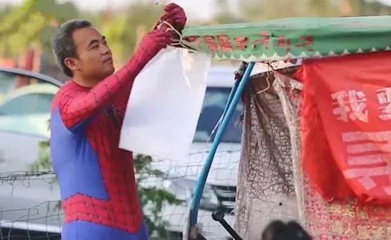 父亲扮蜘蛛侠寻儿11年,只因儿子失踪前最喜欢蜘蛛侠
