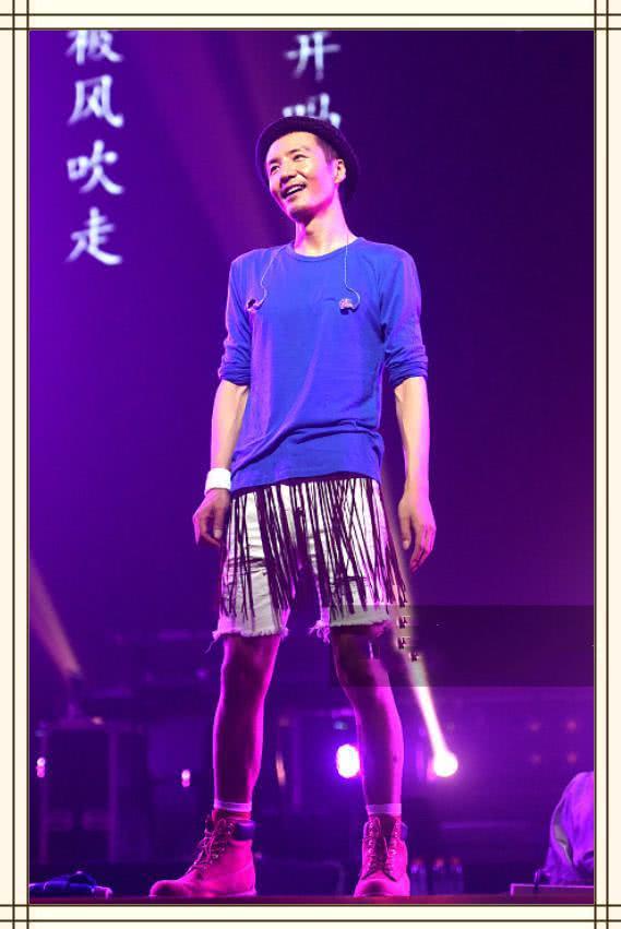 朴树再不是邋遢大叔了!短裤配蓝卫衣清爽减龄,45岁帅成25岁