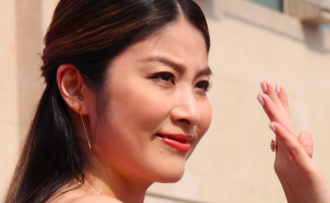 46岁陈慧琳高温天出席活动,皮肤晒红不吭一声,独自打伞好亲民