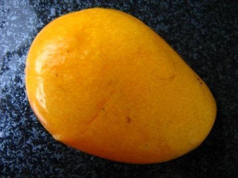 剥芒果有技巧,只需简单两步,完全不会流汁,再也不会弄脏手了