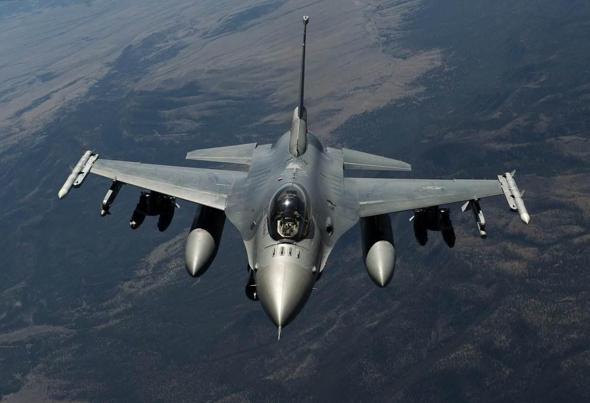 美式战机马失前蹄,再度发生坠机事故,一架F16军演时失控坠毁