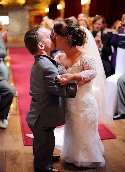"""两个""""小矮人""""举行婚礼,奇迹活下来的儿子当花童,观众感动哭了"""