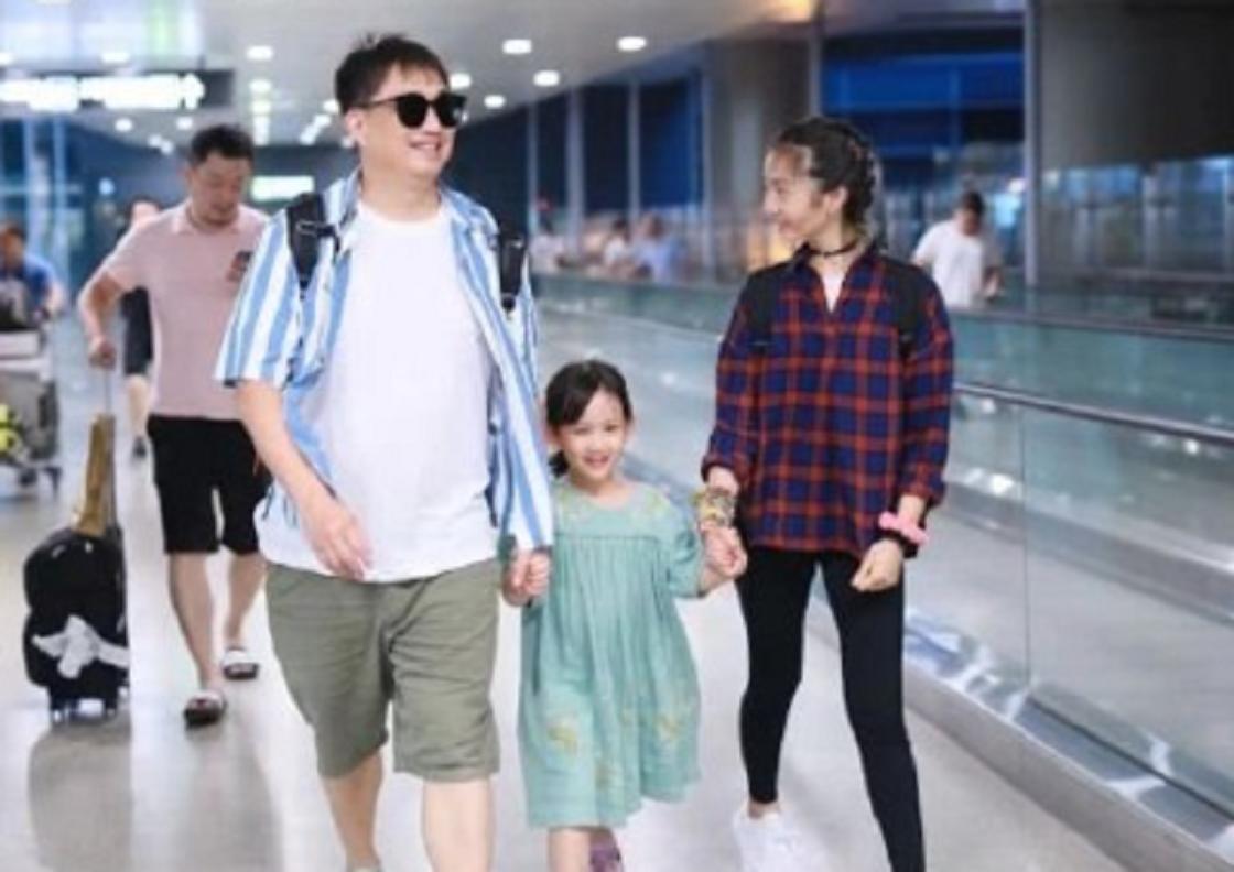 黄磊夫妇的教育模式被称赞,女儿现身机场一身文艺范,被称乖乖女