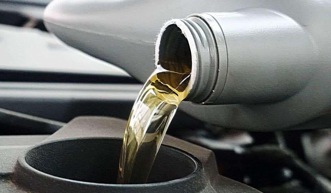 为啥有的车1万公里换一次机油,而有的5000公里就必须换?