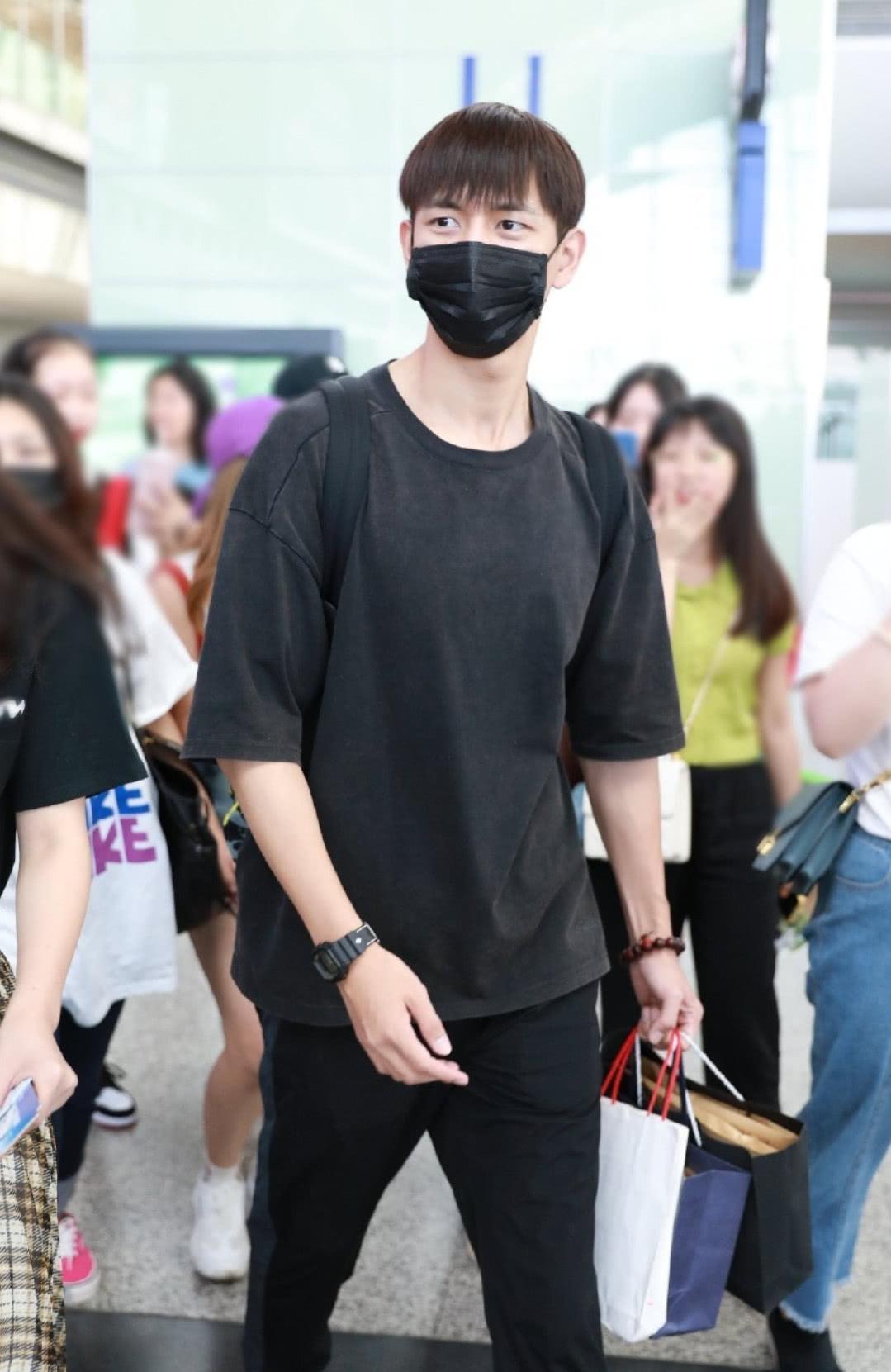 李现最近很红,但看到手上戴的饰品,你还会把他当七月男友吗?