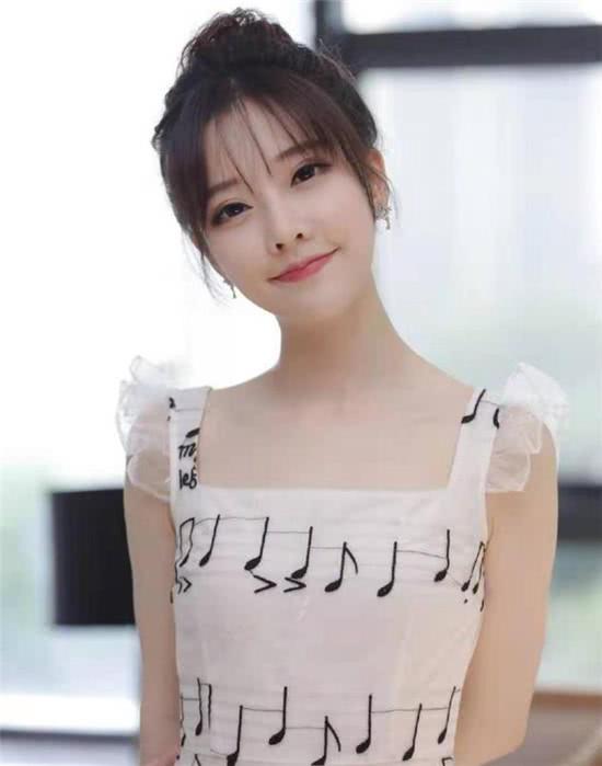 <b>冯提莫唱到韩国去了!与歌王合作台下掌声不断,实力不止一米五</b>