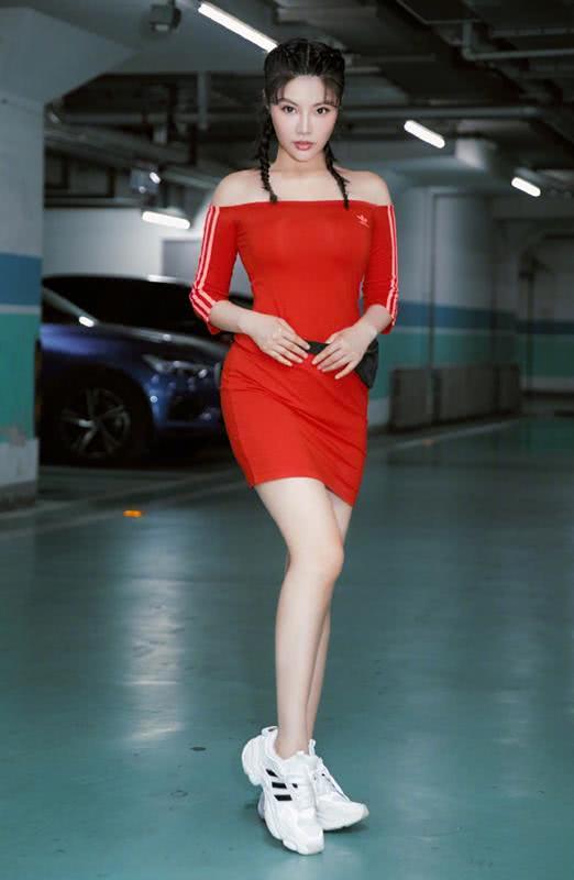 徐冬冬太美了,穿红色运动裙搭小白鞋尽显身材线条,女人味十足