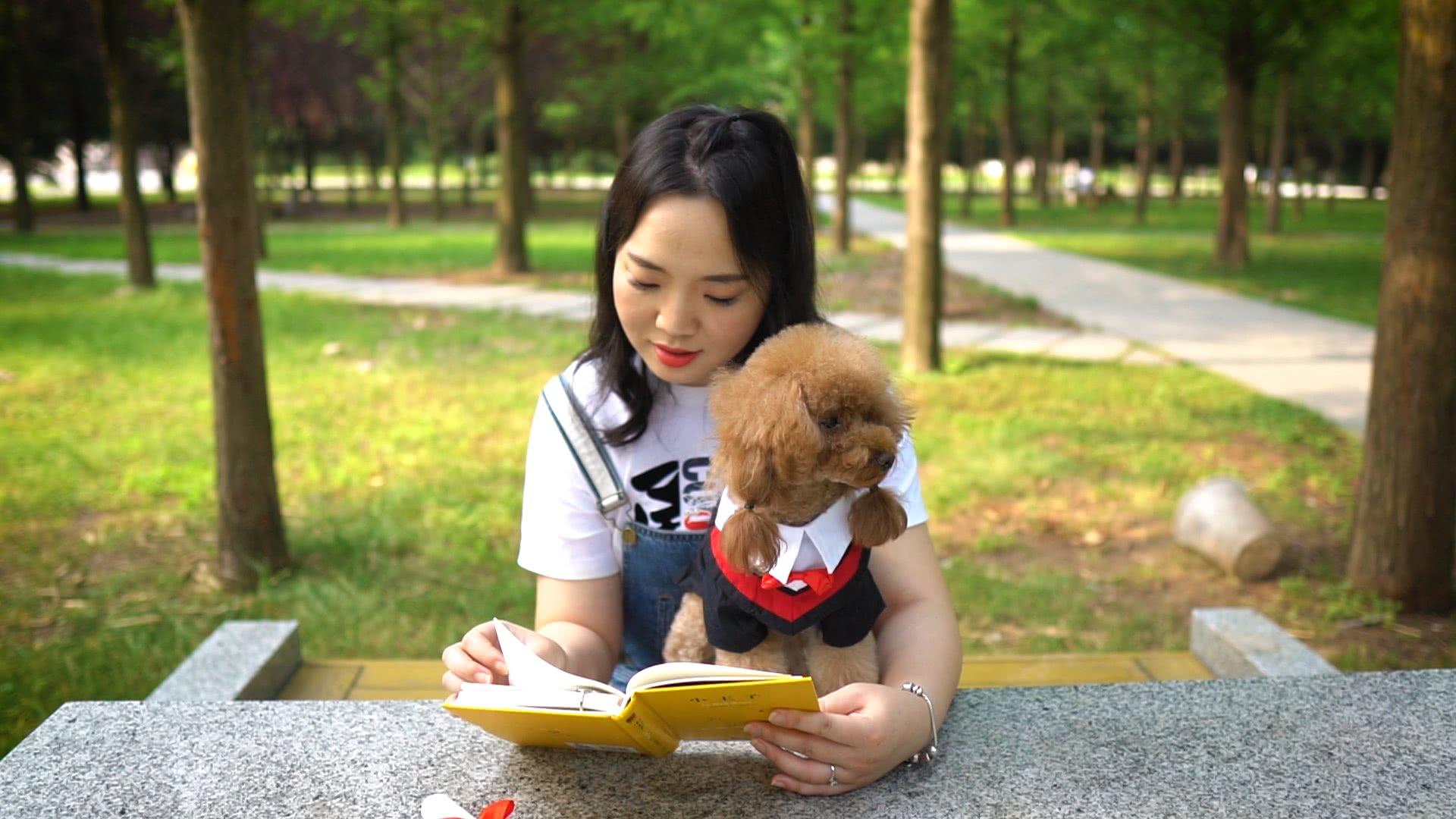 主人带狗狗去大学打卡,汪星人也要有文化!