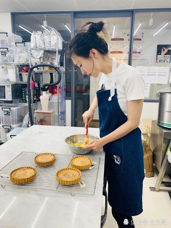 王石女友田朴珺扎丸子头学做甜品,由女强人化身居家小女人