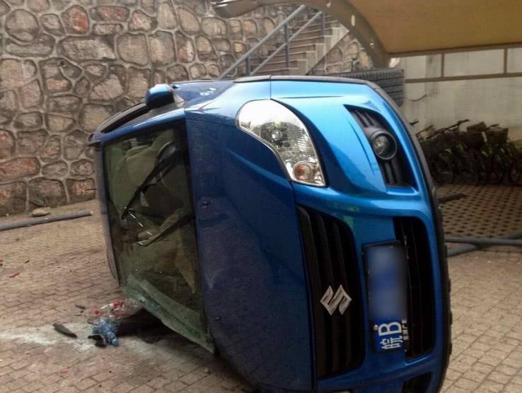 倒车时扭头是最致命操作!老司机用这个笨方法,不扭头也成功倒车