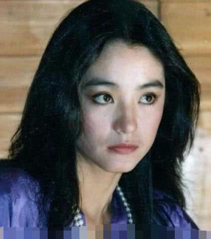 林青霞40岁时上韩国综艺,脖子上珍珠项链多到组成项圈难掩优雅
