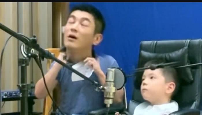 虎妈猫爸!霍思燕监督杜江嗯哼唱歌,父子俩唱跑调重唱累到翻白眼