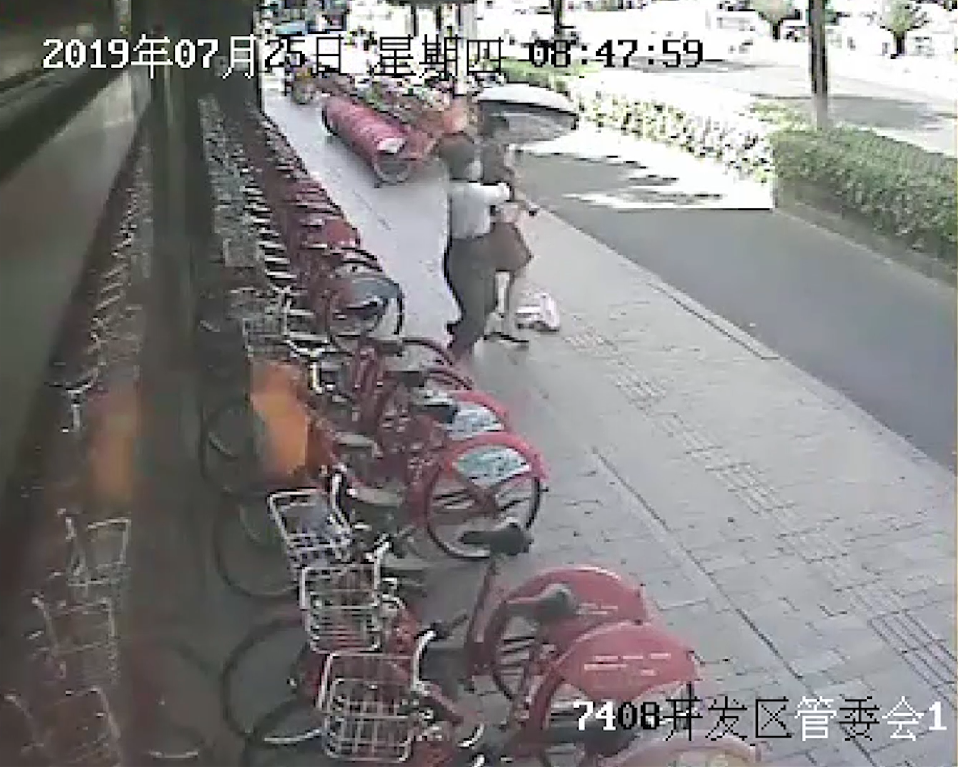 """男子扮""""落魄富二代""""四年,抢劫被抓自称为让""""妻子离开他"""""""
