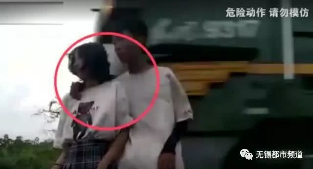 情侣为点击率铁轨旁拍照 被火车掀翻险些丧命