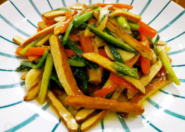 元旦节一天,妈妈厨房里烧这道菜,简简单单的小炒,寓意红红火火