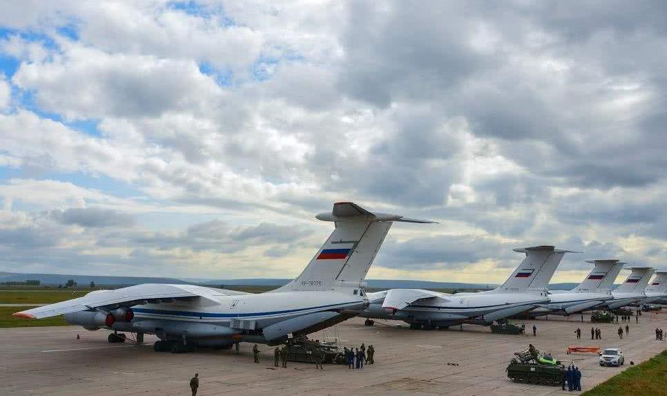 俄军事演习中,伊尔-76空投2辆装甲车,结果出现意外摔成碎片