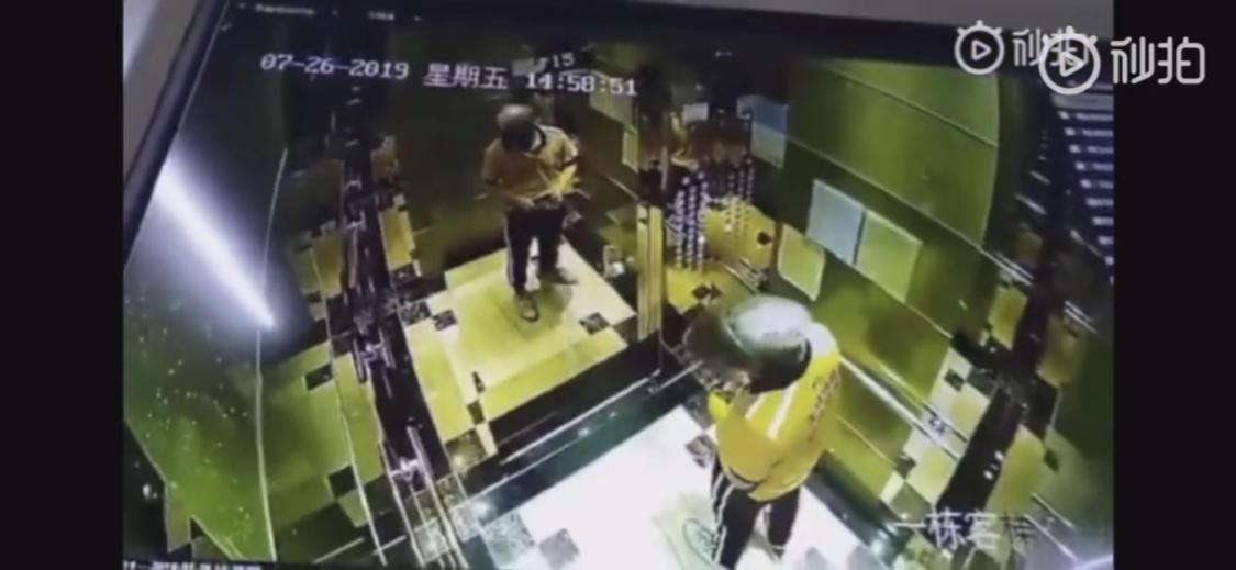 广东一美团外卖小哥在电梯里撒尿被监控拍下,无暇卫生间解决?