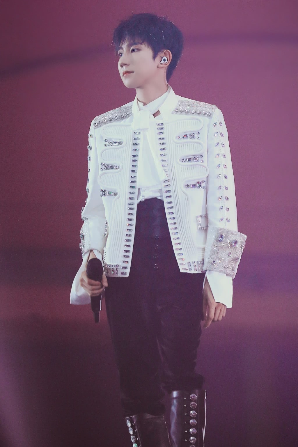 有种耍帅叫王源,看清他在舞台上怎么站,网友:还是挡不住的可爱