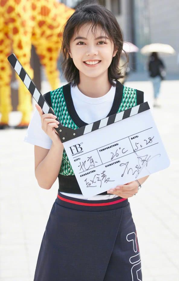 """年仅16岁的赵今麦,靠""""斜分裙""""穿出长腿,网友:新晋国民闺女"""