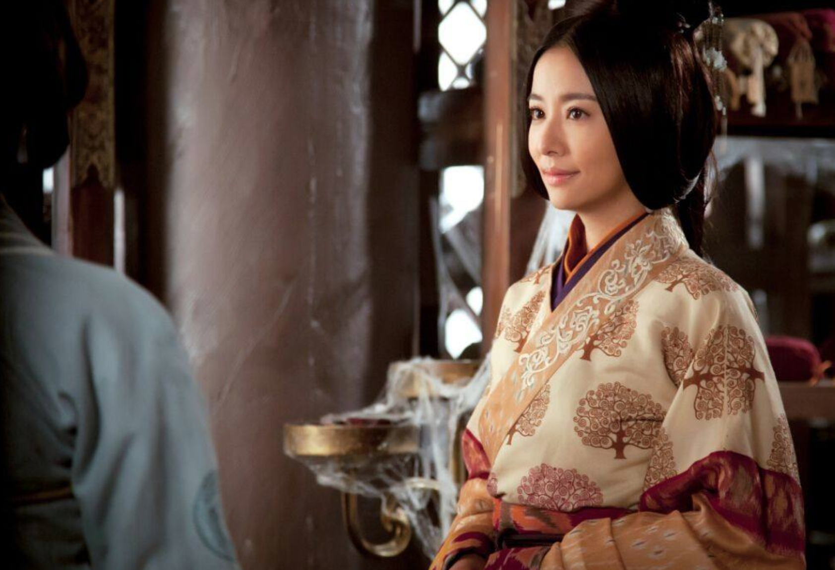 宰相是个妻管严,皇帝赐了2个美女给他,他妻子选择喝毒酒自杀